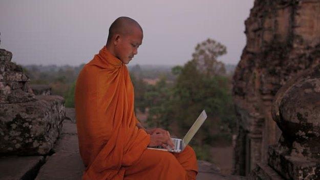 monje con compu